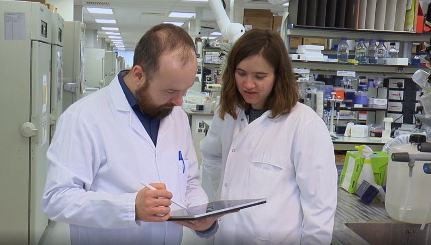 Dr Jacek Mokrosinski and Hannah Thomas stand in the lab discussing results